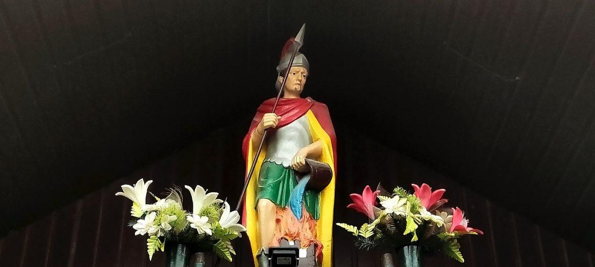 Rzeźba świętego Floriana przy Ochotniczej Straży Pożarnej w Przybynowie