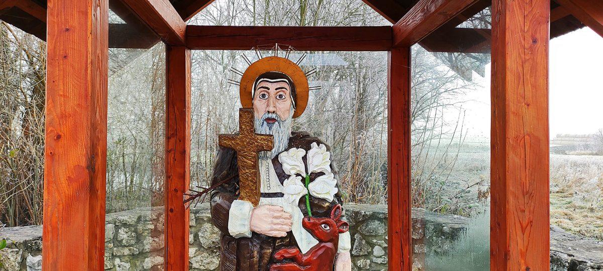 Drewniana rzeźba świętego Idziego w kapliczce w Zrębicach