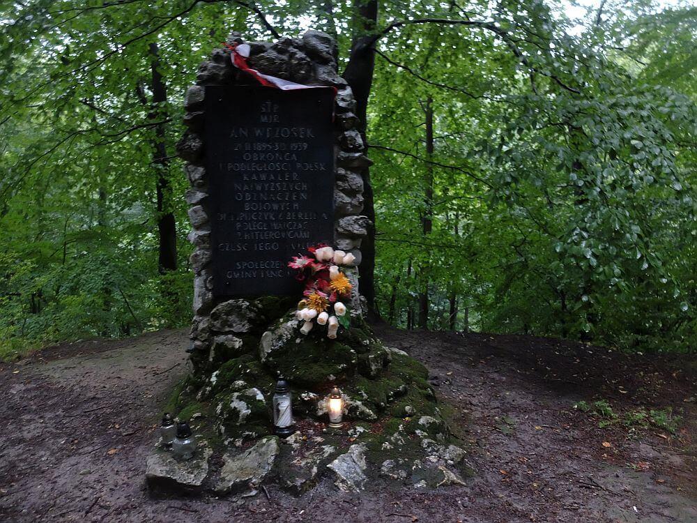 Obelisk upamiętniający majora Jana Wrzoska w Rezerwacie Parkowe w Złotym Potoku