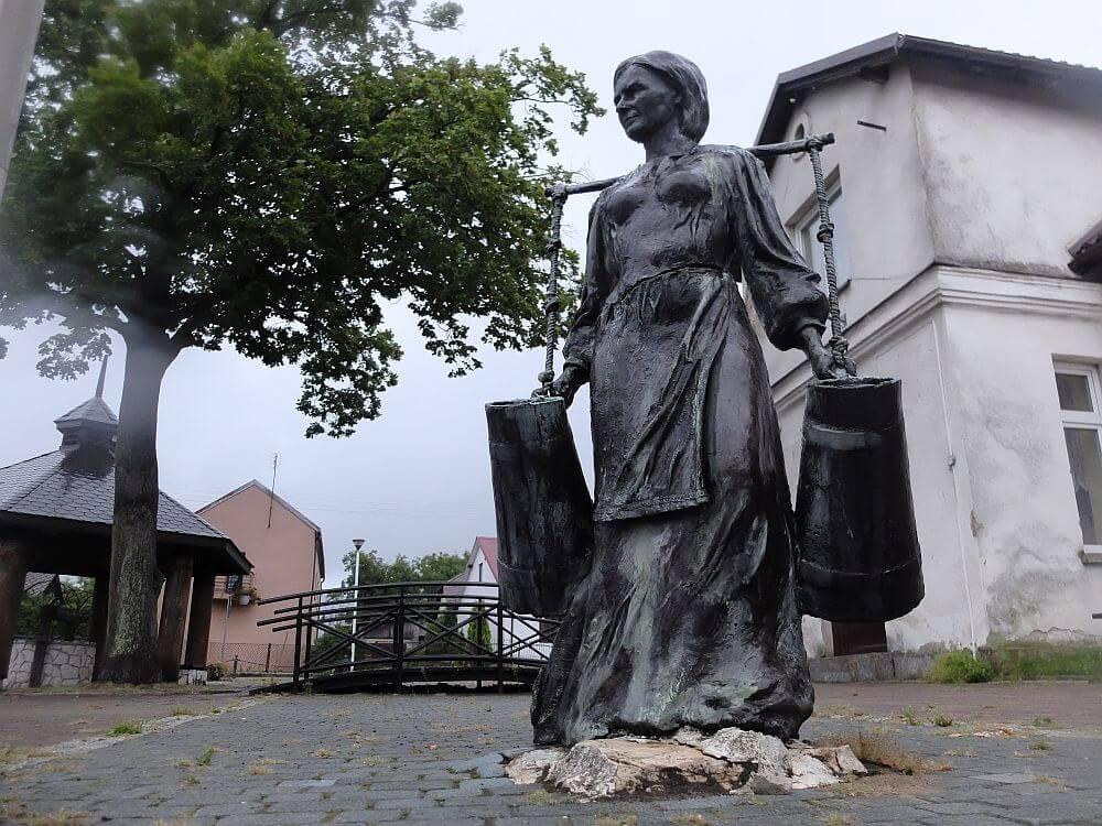 Rzeźba Nosiwódki autorstwa Jerzego Kędziory na rynku w Złotym Potoku