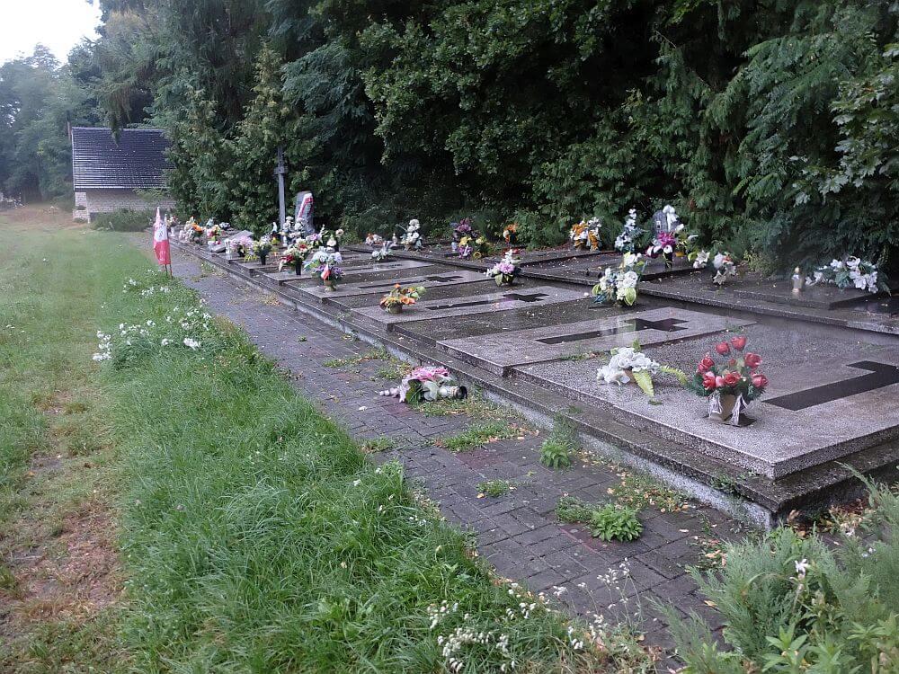 Zbiorowa mogiła żołnierzy Wojska Polskiego z 7. Dywizji Piechoty Armii Kraków na cmentarzu w Złotym Potoku