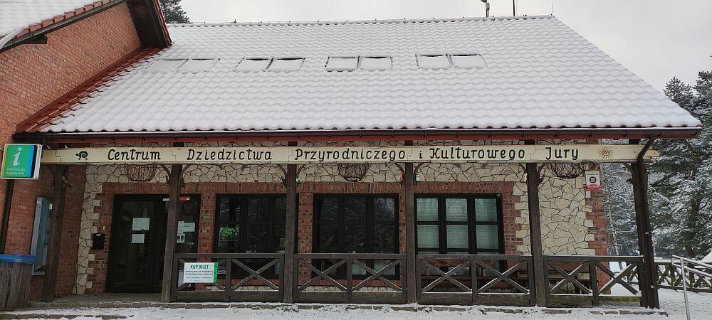Budynek główny Centrum Dziedzictwa Przyrodniczego i Kulturowego Jury przy Górze Zborów w Podlesicach.